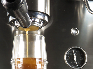Image displaying thick crema espresso shot made from bottomless portafilters